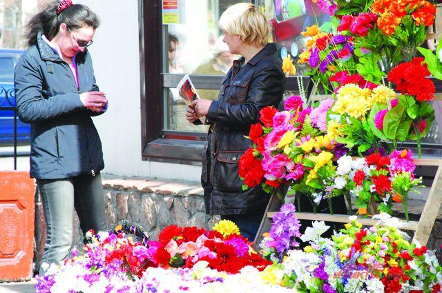 Омичи уже начали покупать цветы к Родительскому дню - 21 апреля.