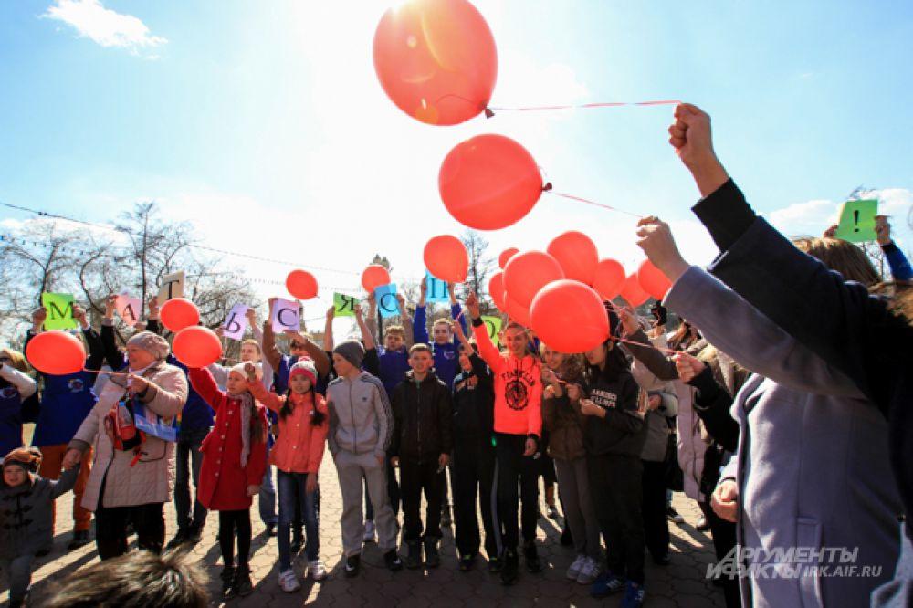 Жители Иркутска выстроились в форме сердца, каждому раздали по шарику и после фразы: «Мы за здоровый образ жизни», шарики отпустили в небо.