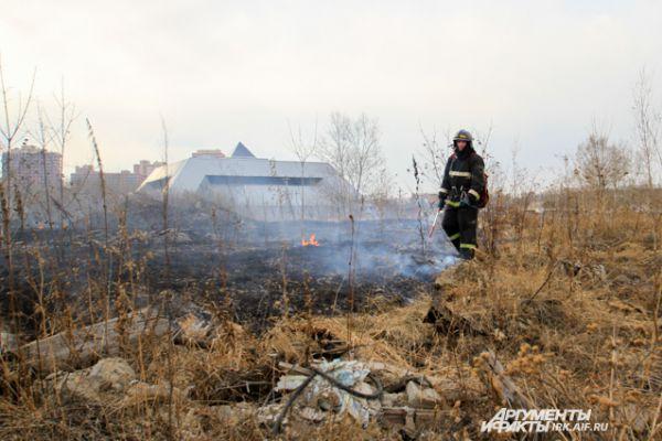 Огонь горит совсем рядом с областной научной библиотекой и Ледовым дворцом.