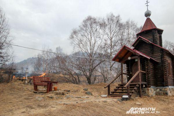 На прошлой неделе огонь вновь огрожал селу Старая Ангасолка, что на берегу Байкала.