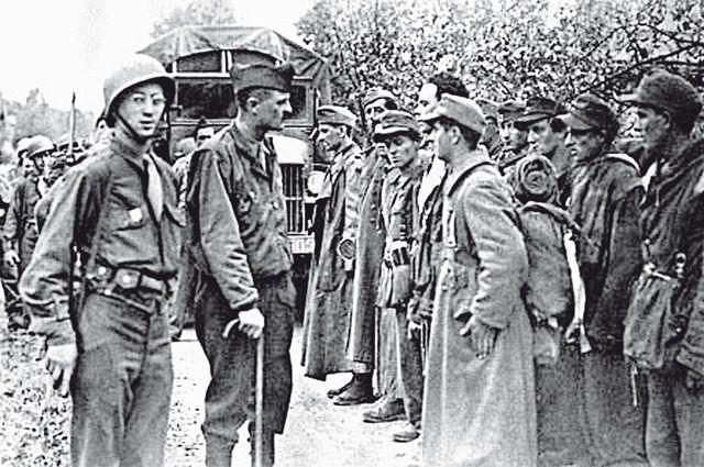 Пойманных французских эсэсовцев соотечественники расстреляли без суда и следствия 8 мая 1945 г.