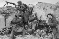 Бойцы Красной Армии отдыхают в окопах в редкие минуты затишья. Западный фронт.