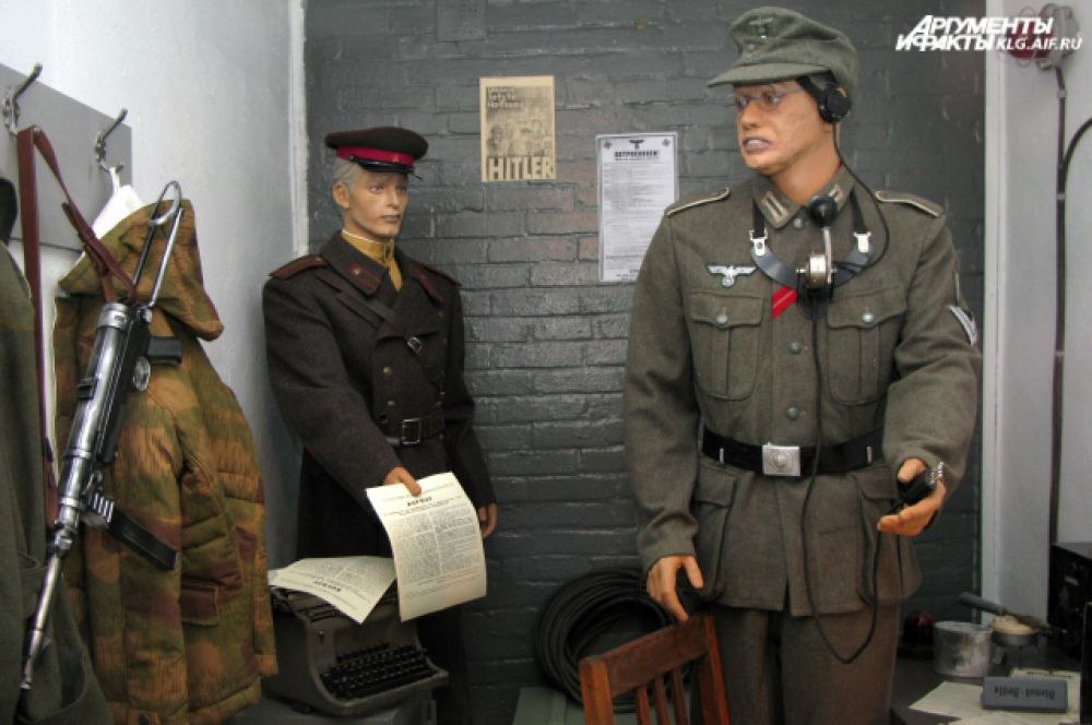Музейные работники воссоздали момент передачи сообщения о капитуляции.