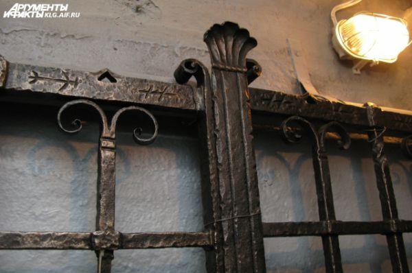 На воротах блиндажа, ранее закрывавших вход внутрь, историки нашли рунические символы. По одной из версий, они предназначались для магической защиты немецкого штаба.