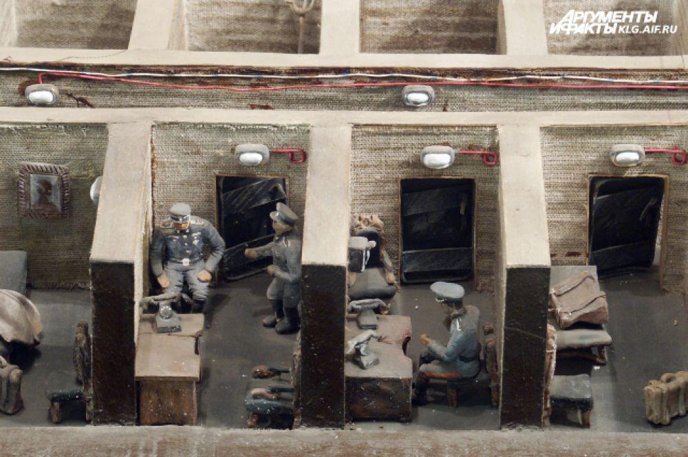 Бункер оснащен всеми системами жизнеобеспечения и расположен на глубине семи метров. В нем 21 комната, в 17 из них размещался личный состав штаба, 4 имели специальное назначение.