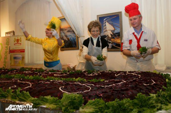 На  изготовление гигантской «Селедки под шубой» калининградцы потратили 50 кг филе селедки, 98 кг свеклы, 94 кг моркови, 158 кг картофеля, 720 яиц, 10 кг лука, 50 кг майонеза.