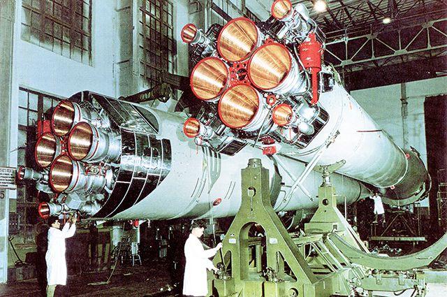 Ракета в сборочном цеху.