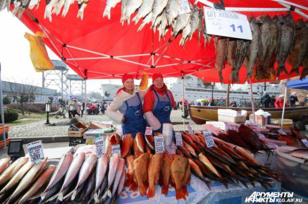 Селедки на празднике, может, и не так много, как хочется, но вот другой рыбы – море.
