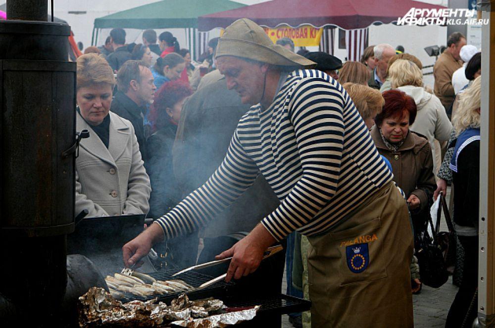 Литовские кулинары потчуют гостей праздника фирменным блюдом - вяленой корюшкой.