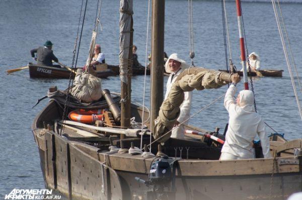 Дружный экипаж куренаса «Русна» доставляет на берег традиционные бочонки с соленой селедкой.