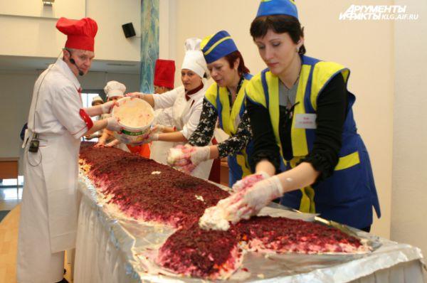 В 2010 году в Калининграде приготовили рекордный салат «Сельдь под шубой». Его вес составил 305 кг, длина - 7 метров
