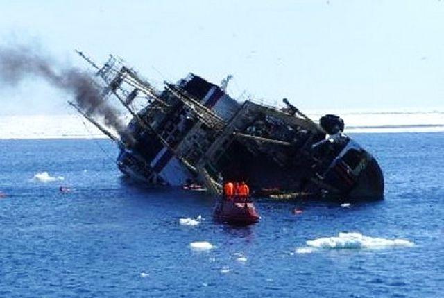 Крушение судна на море.