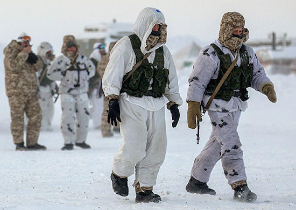 8 апреля. Десантники совершают марш-бросок через снежную пустыню Северного полюса.