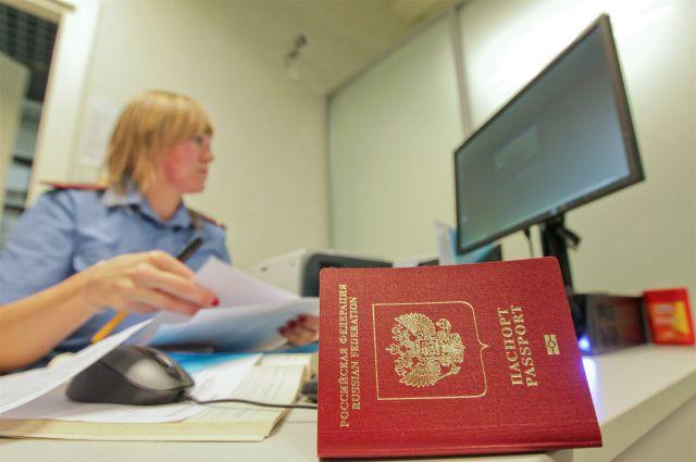 Новосибирцы начали получать загранпаспорта с отпечатками пальцев