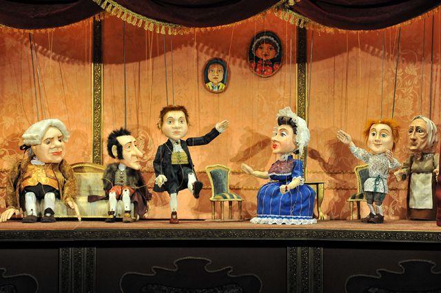 Героев мелодрамы играют куклы.
