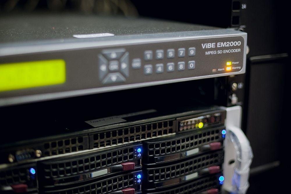 ViBE EM2000 преобразует сигнал из аналогового в цифровой, перекодирует сигнал местных телеканалов.