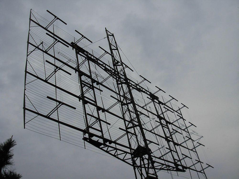 Несмотря на то, что одно из первых устройств для радиолокации воздушных объектов было впервые продемонстрировано Робертом Уотсоном-Уаттом, американские ученые Реймонд и Хачертон в 1946 году признали, что их советские коллеги были первыми, кто успешно разработали теорию радара еще за несколько лет до Уотсона-Уатта. На фото - радиолокационная станция, расположенная в Канаде.