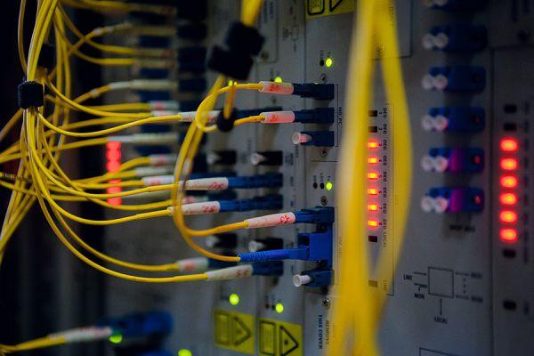 Мультиплексор WBM, куда приходят волоконно-оптический кабели.