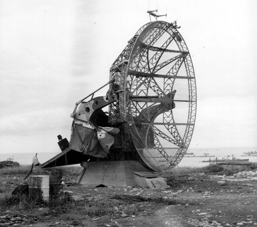 Электромагнитные волны были открыты еще в 1887 году немецким ученым Генрихом Герцем. Ученый сумел уловить электромагнитные волны и установил, что различными материалами они отражаются по-разному. На фото - радиолокационная станция времен Второй мировой войны, Германия.