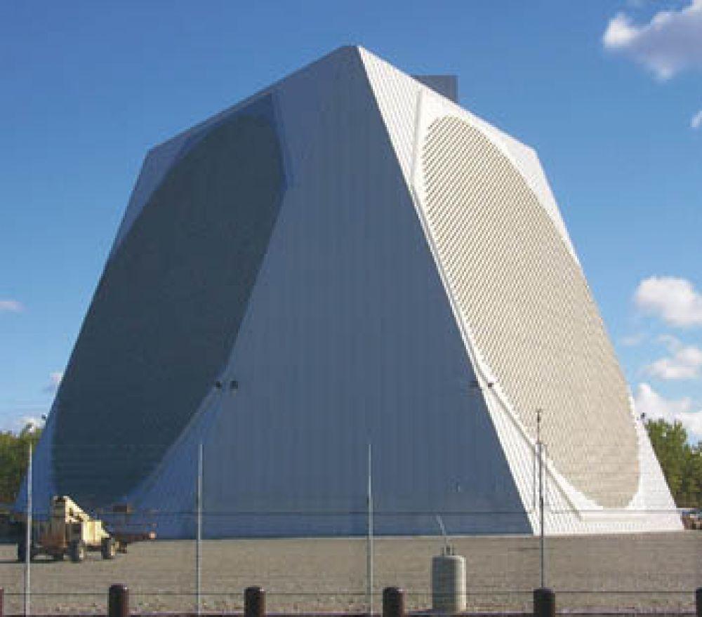 Через 10 лет Александр Попов обнаружил явление отражения радиоволн от корабля. На фото - радиолокационная станция на Аляске.