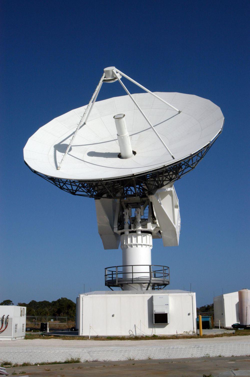 Радиолокационная станция использует метод, основанный на излучении радиоволн и регистрации их отражений от объектов. На фото - радиолокационная станция в США.