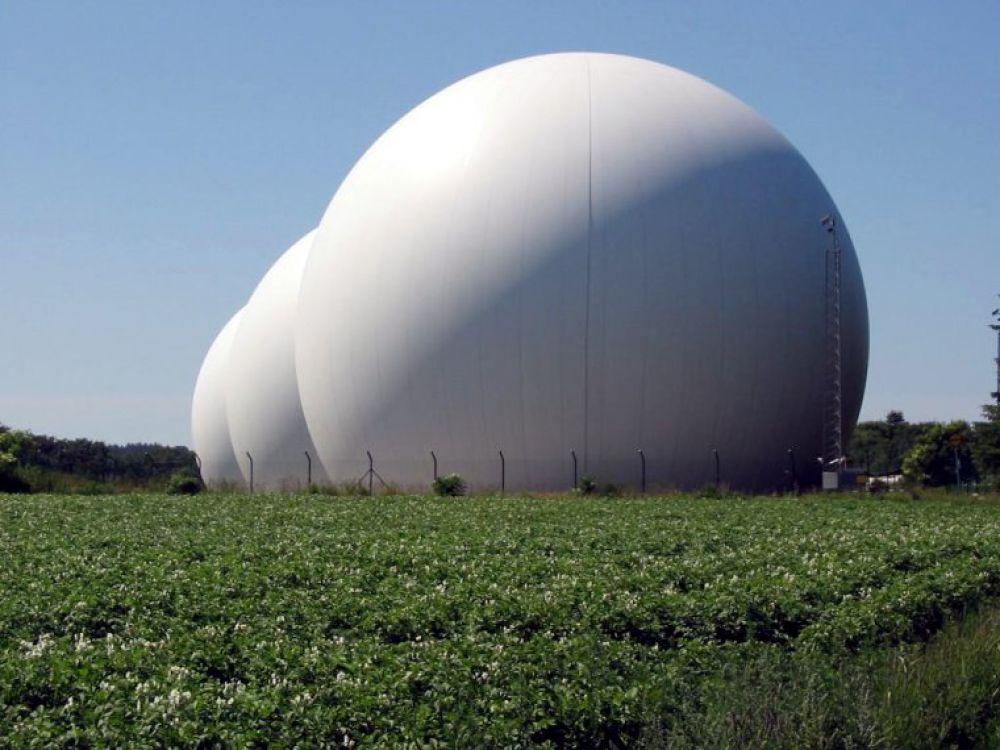 Различают военные и гражданские радиолокационные системы. Они могут быть береговыми, морскими, бортовыми, мобильными. На фото - радиолокационная станция, расположенная в Польше.