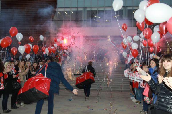 Болельщики встречают победителей со словами «Кубок - наш»!