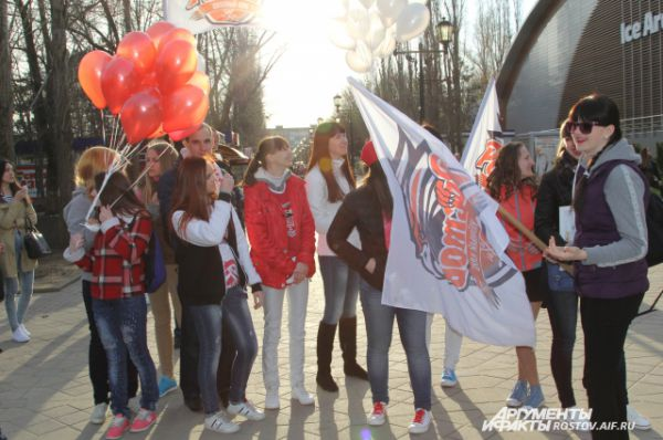 Активные болельщики пришли к «Ice Arena» за несколько часов до приезда команды из Самары.
