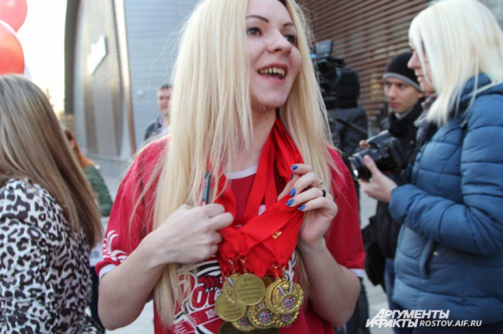 Фанаты изготовили каждому хоккеисту свои именные медали.