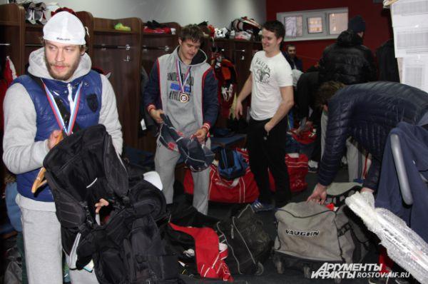 В раздевалке хоккеисты оставили свою амуницию.