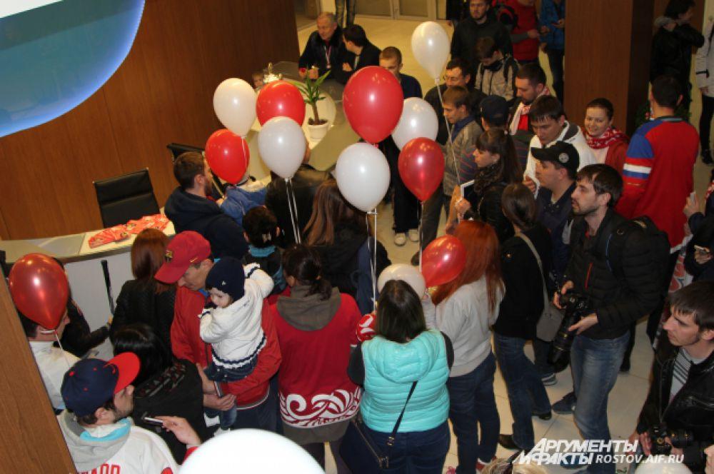 Холл «Ice Arena» в этот вечер наполнили болельщики команды, которые благодарили спортсменов за победу.