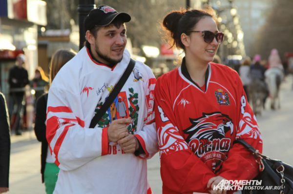 Ростовчане пришли чествовать хоккеистов в форме команды.