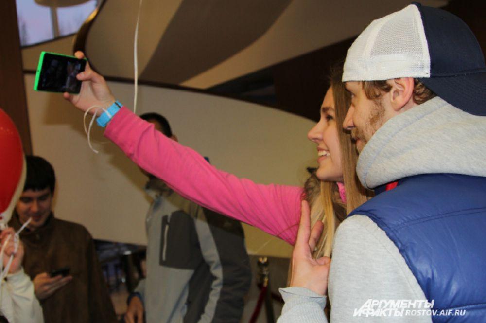 С теми хоккеистами, у которых сердце уже занято, девушки довольствовались селфи.