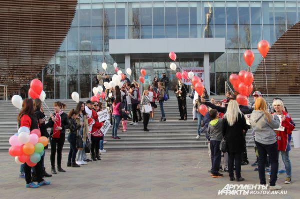 Перед входом в Ледовый дворец фанаты устроили коридор с шарами и плакатами.