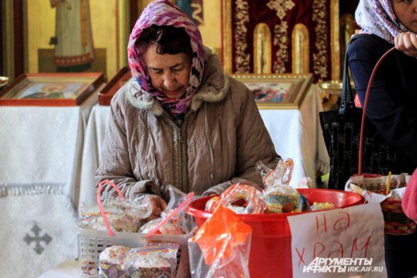 Также люди приносят продукты для малоимущих.