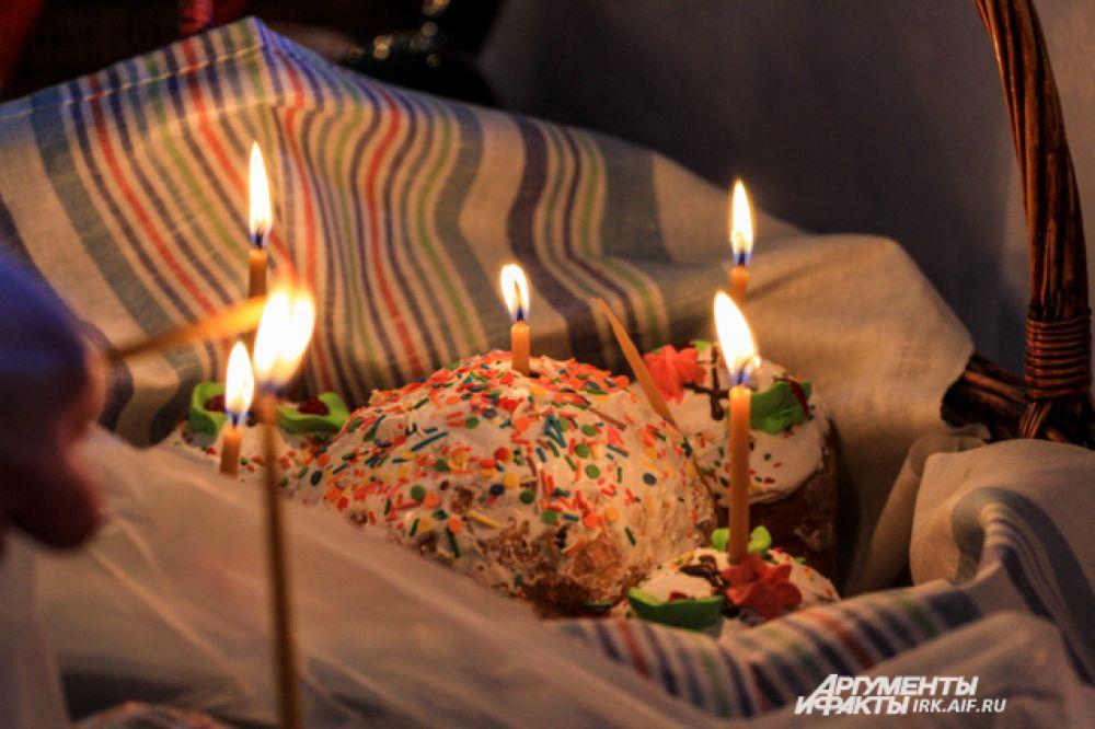 Традиционно освящение куличей и другой снеди проходит в храмах утром Великого Воскресения .