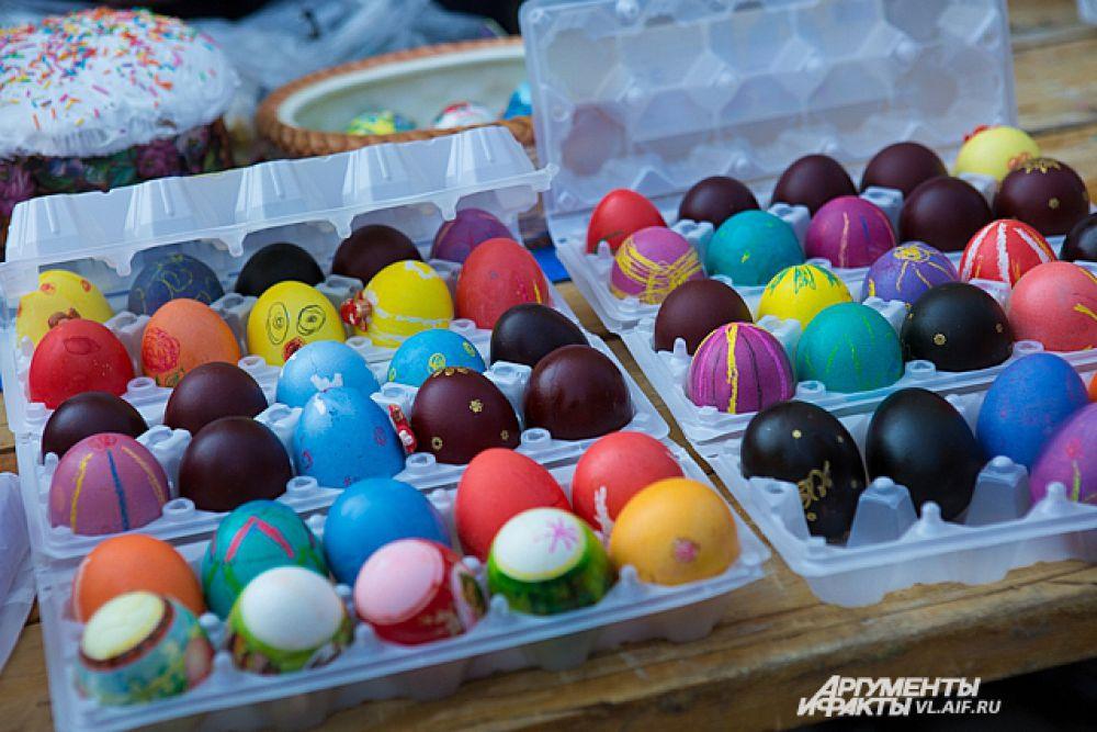 Верующие принесли продукты к храму для освящения.