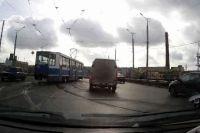 Трамвай, сошедший с рельсов на Пятницком путепроводе.