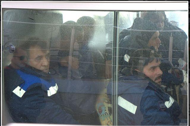 Спасённых рыбаков везут на автобусе в гостиницу.