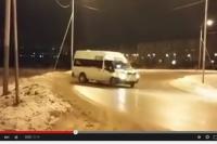 Водитель блестяще исполняет дрифт на скользкой дороге.