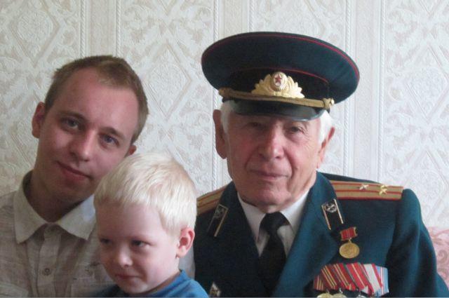 Александр Сущевский с внуком и правнуком