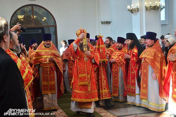 Иерусалимская святыня в руках епископа Артемия.