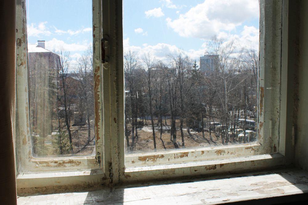 В такое окно и смотреть-то не очень-то приятно
