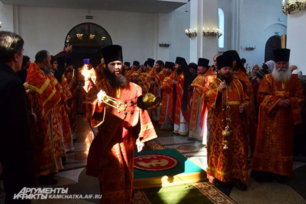 Огонь вносят в Храм.