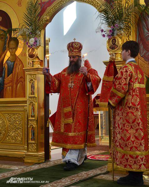 После зажжения лампад на престоле Владыка вышел к народу.