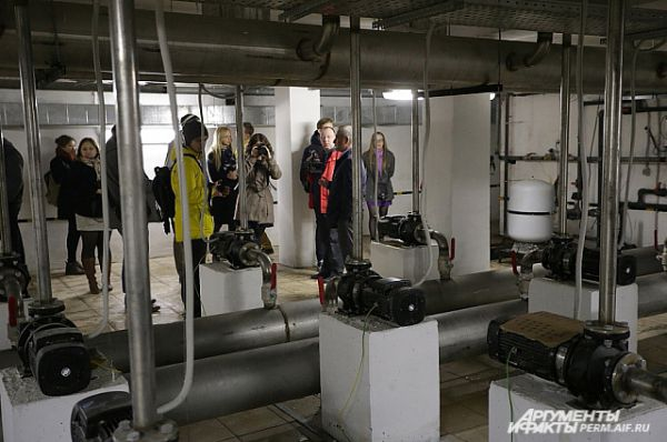Для журналистов провели экскурсию по обратной стороне фонтана.