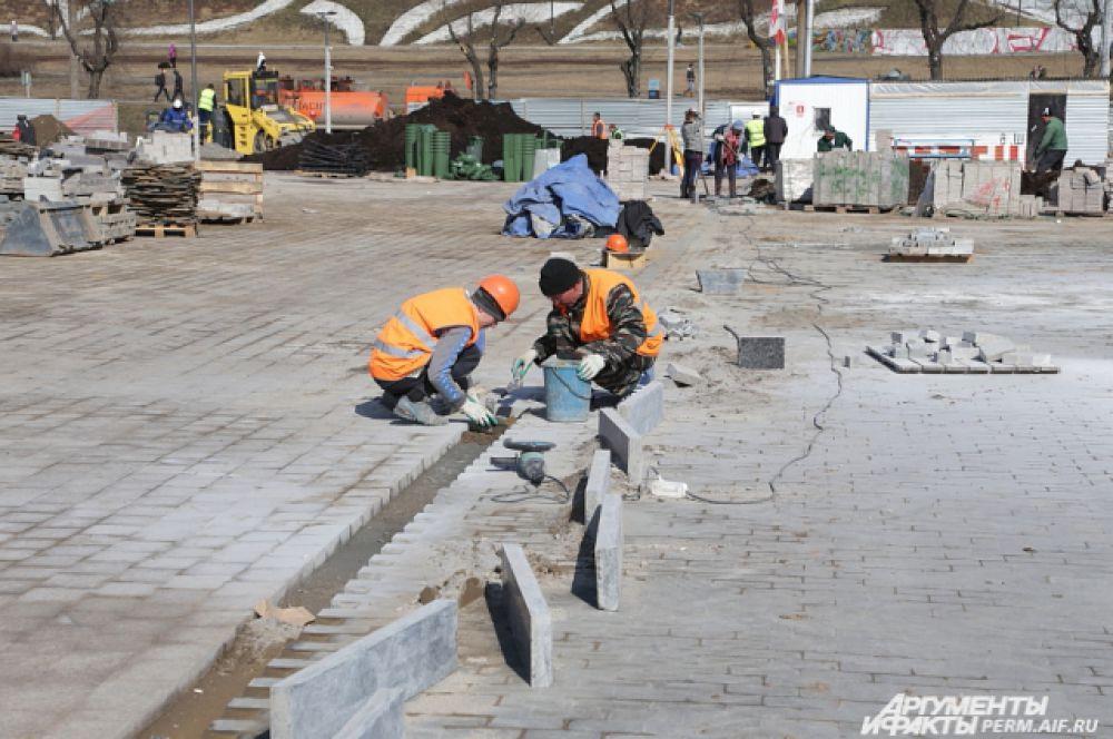 Сейчас на площади перед Театром-Театром завершаются строительные работы.