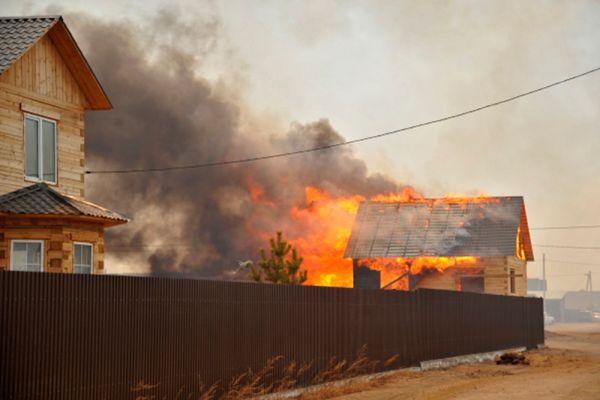 Лесной пожар в селе Смоленка и в дачном поселке «Добротный» Читинского района, который из-за сильного ветра подобрался к жилым домам.