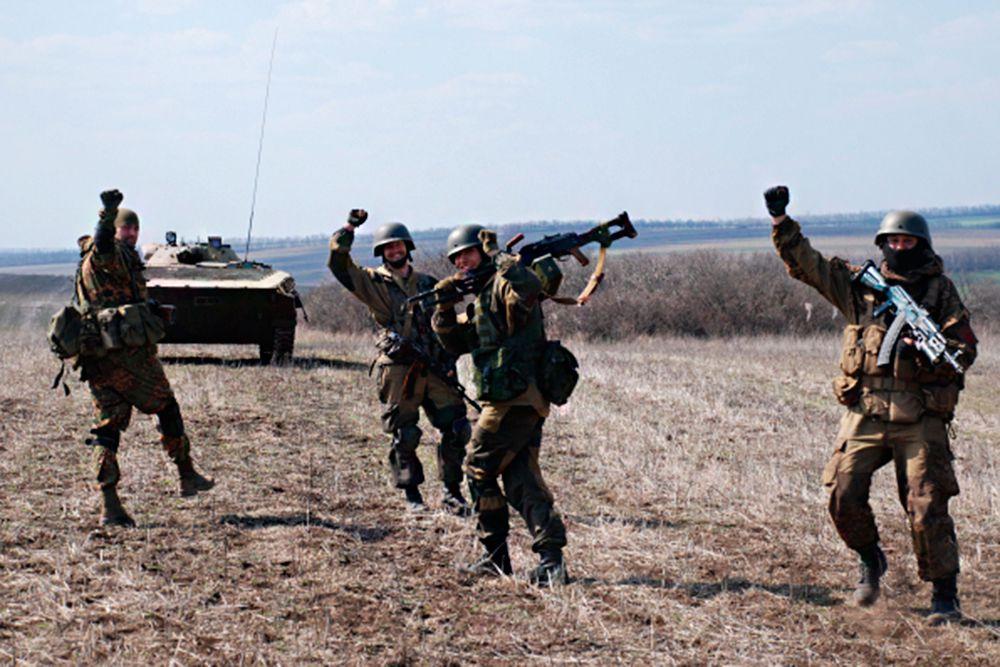 Ополченцы Донецкой народной республики (ДНР) во время учений цель которых отработка выброски и взаимодействия десантно-штурмовых разведывательных групп и мотострелковой бригады.
