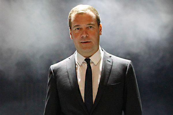 Примечательно, что глава правительства Дмитрий Медведев за прошлый год обогатился на 8 млн рублей, причем премьер-министр заработал в 2014 году в два раза больше, чем в 2013 году. Также Дмитрий Медведев владеет квартирой в 367 квадратных метров и арендует земельный участок площадью 4700 квадратных метров. В собственности премьер-министра находятся автомобили ГАЗ-20 и ГАЗ-21.